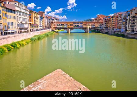 Le Ponte Vecchio et l'Arno waterfront de Florence vue, la région toscane de l'Italie Banque D'Images