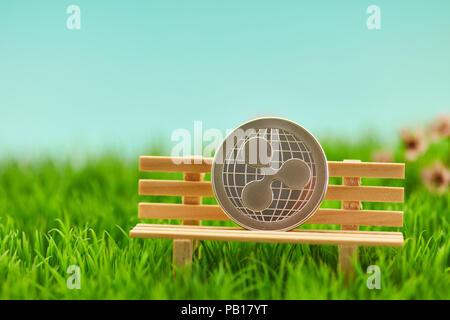 Pièce d'ondulation sur un banc dans le jardin comme un concept de pension Banque D'Images