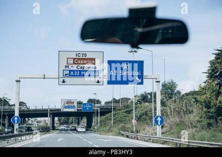 Portugal, Lisbonne, 01 mai 2018: voir de l'intérieur de la voiture sur la route qui conduit de Lisbonne à la ville de Setubal et les panneaux indiquant la direction de la circulation. Banque D'Images