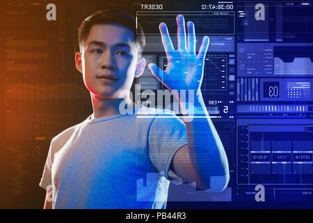Développeur web intelligent de tester un nouveau système de sécurité et à la intéressé Banque D'Images