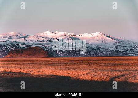 L'Autoroute de la rue Ring Road No.1 en Islande, avec vue sur la montagne. Si côté sud du pays.