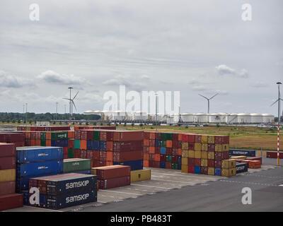 Recherche à travers le port à conteneurs et sur les réservoirs de stockage de liquides en vrac au terminal maritime d'Amsterdam aux Pays-Bas. Banque D'Images