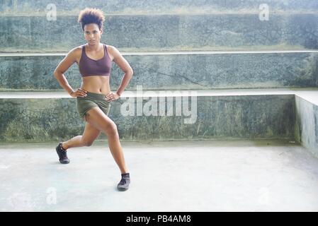 Les insulaires du Pacifique, les Mélanésiens fille sportif avec l'exécution de routines exercice afro