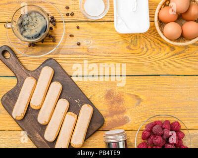 Photo le haut de tableau avec des biscuits, des œufs, des framboises Banque D'Images