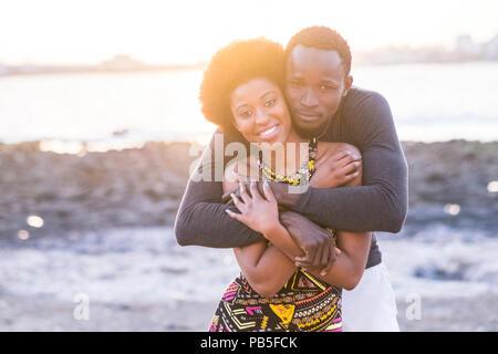 Heureux belle race noire african couple dans l'amour ou l'amitié rester ensemble quelques serra avec de grands smilies sous les rayons du soleil de l'été à vaca Banque D'Images