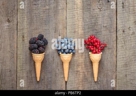 Fruits et baies dans des cornets de crème glacée. L'été en bonne santé food concept.vue d'en haut avec l'espace pour le texte. Banque D'Images