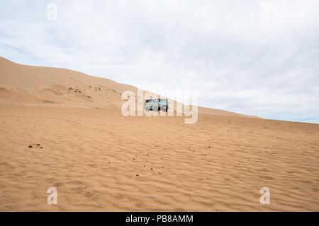La conduite sur Khongoryn Els sand dunes dans le désert de Gobi. Banque D'Images