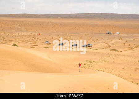Marche sur Khongoryn Els sand dunes dans le désert de Gobi de Mongolie. Banque D'Images