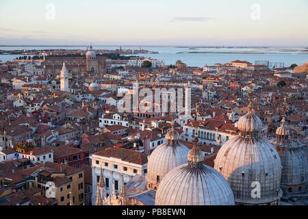 Vue aérienne de toits de Venise Saint Marc et dômes Basilique avant le coucher du soleil, de l'Italie Banque D'Images