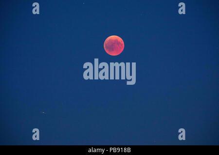 Berlin, Berlin, Allemagne. 27 juillet, 2018. La lune brille dans une couleur rouge lors d'une éclipse de lune au-dessus de Berlin, Allemagne, le 27 juillet 2018. Le Phénomène également connu sous le nom de 'Blood Moon' a été bien observé tous à travers l'Allemagne où la lune était couverte par l'ombre de la Terre. Il est également signalé qu'elle sera la plus longue éclipse lunaire totale du 21e siècle. Credit: Omer Messinger/ZUMA/Alamy Fil Live News Banque D'Images