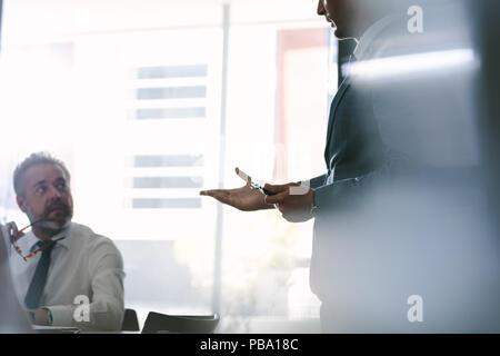 Des collègues à discuter au cours d'une réunion en salle du conseil d'office. Une réunion d'affaires pour de nouvelles stratégies d'affaires. Banque D'Images