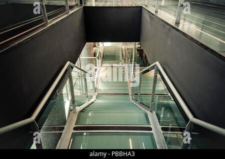 Les détails architecturaux - escaliers en verre vide dans l'accès piétonnier avec noir côtés Banque D'Images