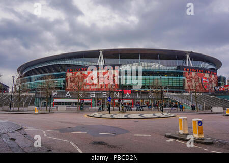 L'Emirates Stadium d'Arsenal avec une capacité de plus de 60 000, il est le troisième plus grand stade de football en Angleterre après Wembley et Old Trafford.