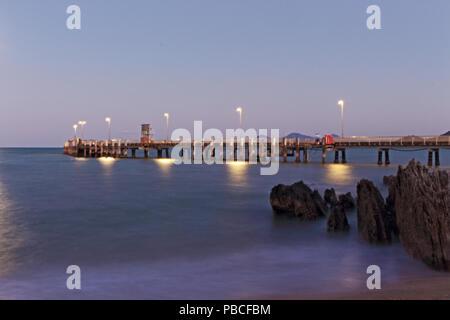 Palm Cove Jetty dans quartier calme de la soirée, le lorsque le soleil se couche Banque D'Images