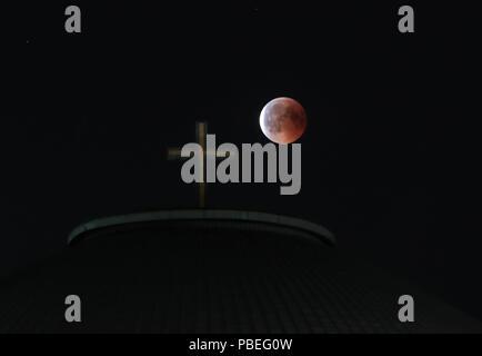 Berlin, Allemagne. 27 juillet, 2018. La lune est visible pendant une éclipse lunaire à Berlin, Allemagne, le 27 juillet 2018. On pense qu'elle est la plus longue éclipse lunaire du siècle. Credit: Shan Yuqi/Xinhua/Alamy Live News Banque D'Images