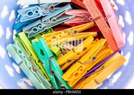 Panier à linge avec des pinces à linge coloré rempli Banque D'Images