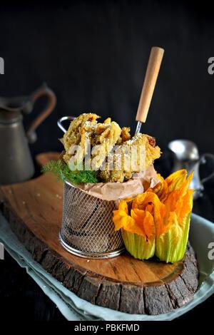 Fleurs de courgette et de potiron au plat, cuisine traditionnelle italienne. Copy space Banque D'Images