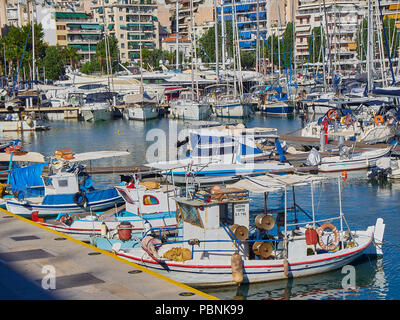 Pêche à la grecque des bateaux amarrés dans le port du Pirée Mikrolimano, connu comme Turkolimano (port turc) jusqu'en 1974. Région de l'attique de la Grèce. Banque D'Images