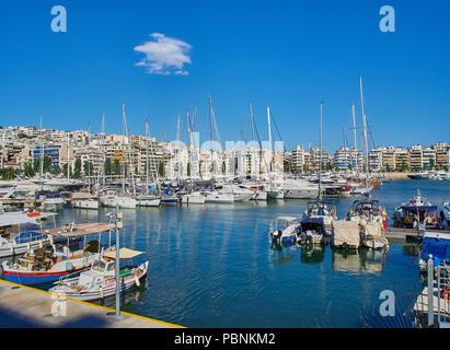 Yachts amarrés dans le port du Pirée Mikrolimano, connu comme Turkolimano (port turc) jusqu'en 1974. Région de l'attique de la Grèce. Banque D'Images