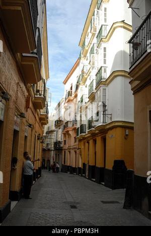 L'une des nombreuses ruelles pavées de pierre dans les rues latérales à Cadix, Andalousie, Cadix la province, au sud de l'Espagne Banque D'Images