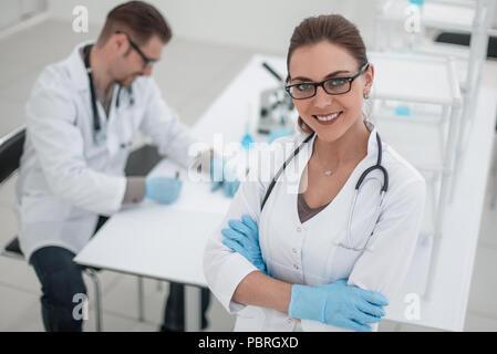 Femme scientifique sur l'arrière-plan du laboratoire Banque D'Images