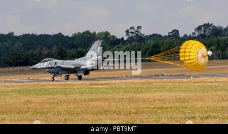 F-16C Fighting Falcon, armée de l'Air polonaise, le Tigre, à l'atterrissage en parachute déployé