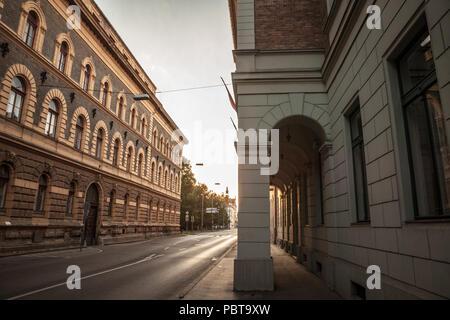 Rue du centre-ville de Szeged, le sud de la Hongrie, entourée de bâtiments du 19ème siècle, avec l'architecture typique en pierre d'Austro Banque D'Images
