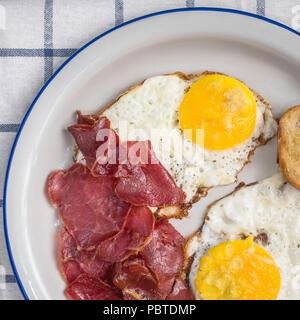 Sunny side up oeufs au plat avec la viande au pastrami Banque D'Images