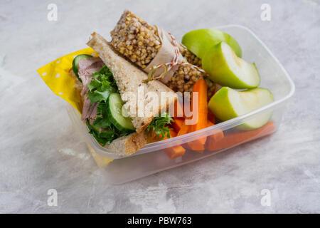 Boîte à lunch et des fournitures scolaires Banque D'Images