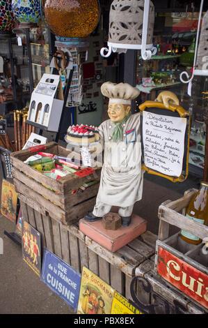 Produits régionaux à vendre à l'extérieur d'une boutique à Honfleur, Normandie, France Banque D'Images
