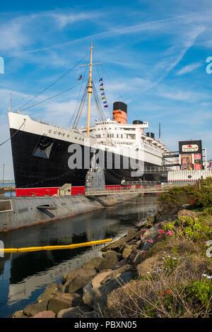 Le navire Queen Mary, maintenant un musée et une attraction touristique majeure avec le sous-marin russe amarré à côté, Scorpion à Long Beach, Californie, CA, US Banque D'Images