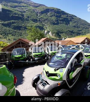 Les voitures Renault Twizy charger jusqu'à Geiranger, Norvège. Banque D'Images