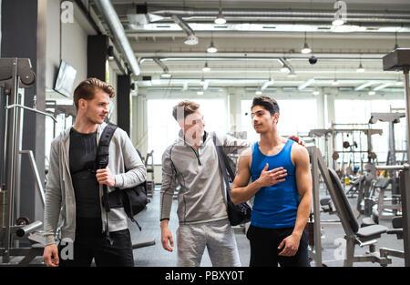 Jeunes amis de crossfit gym moderne, chaque message d'autres. Banque D'Images