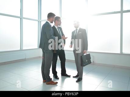 Un homme d'accueillir les clients Banque D'Images