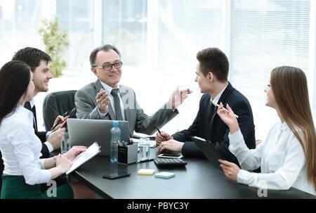 Manager d'affaires et groupe de discussion sur les documents financiers Banque D'Images