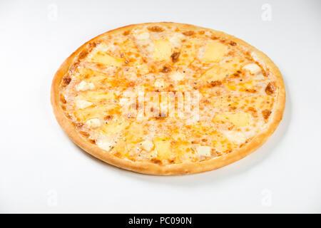 Pizza italien frais avec fromage sur fond blanc Banque D'Images