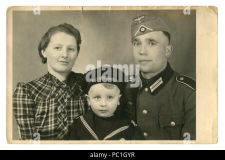 Historique allemand photo de famille: mari en uniforme et femme et son fils dans des vêtements garçon de cabine de la Marine. Bords déchirés, 1941, la seconde guerre mondiale, l'Allemagne, Troisième Reich
