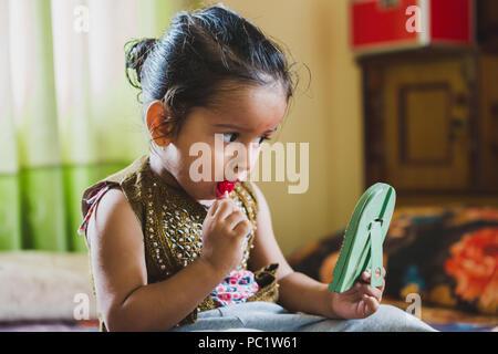Happy Asian baby boy s'amusant avec des enfants.lollipop lollipop ayant Banque D'Images