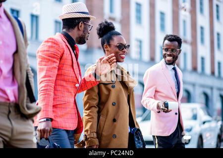 Charmante belle femme manteau élégant sont à pied avec des amis masculins. close up side view photo concept l'amitié. Banque D'Images