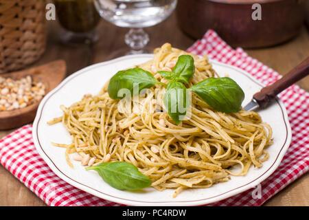 Les pâtes italiennes au pesto et de basilic frais. Un délicieux dîner fait maison. Photo dans un style rustique. Copy space Banque D'Images