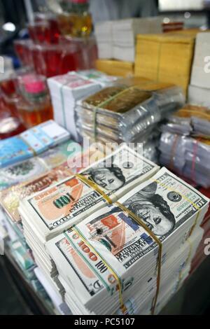 Une boutique qui vend des offres pour les temples bouddhistes. L'enfer les billets de banque et d'autres formes de joss papier. Ho Chi Minh Ville. Le Vietnam. Dans le monde d'utilisation   Banque D'Images