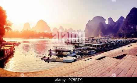 Superbe coucher de soleil sur la rivière Li, Xingping, Chine. Banque D'Images