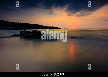 Coucher du soleil sur la côte de Cornwall à St Ives sur Porthmeor Beach Banque D'Images