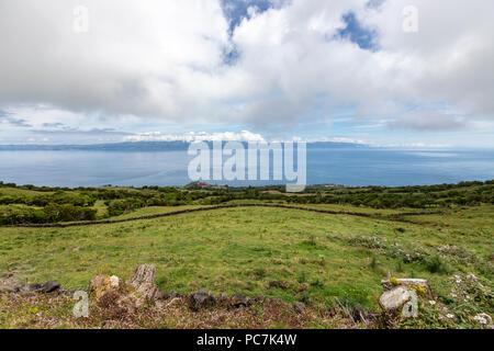 Vue paysage de Sao Jorge à partir de l'île de Pico, Açores, Portugal Banque D'Images