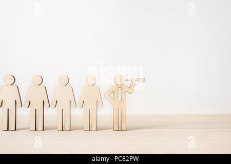 Entreprise et design - concept de groupe d'affaires avec l'icône en bois concept de leadership sur fond blanc et de bureau en bois Banque D'Images