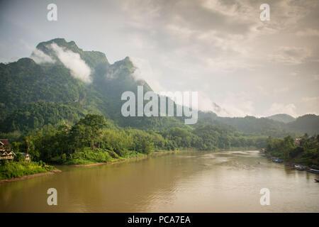 Montagnes brumeuses de Nong Khiaw, au Laos après la pluie. Banque D'Images