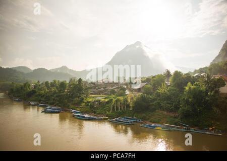 Le village de Nong Khiaw au coucher du soleil après la pluie. Banque D'Images