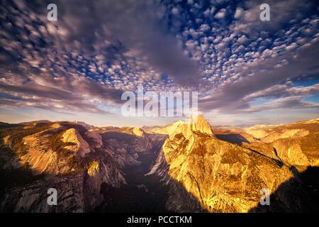 Demi Dôme dans le Parc National de Yosemite vu depuis le Glacier Point au coucher du soleil, en Californie, aux États-Unis.