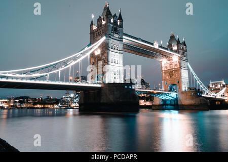 London, Royaume-Uni: le monde célèbre Tower Bridge tourné à partir de différents angles et prospective Banque D'Images