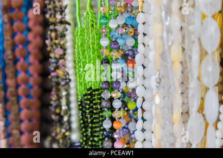Beau collier de perles multicolores en forme, en collier de perles coloré merveilleux formulaire comme arrière-plan, la texture. Banque D'Images